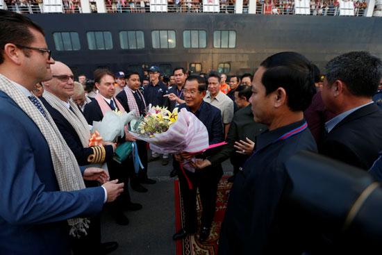 رئيس وزراء كمبوديا يستقبل ركاب السفينة بالورود