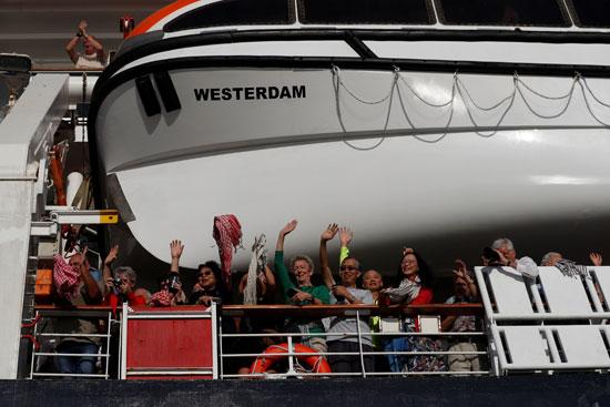 الركاب يلوحون للتعبير عن امتنانهم للحكومة الكمبودية