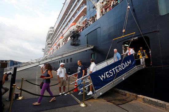 ركاب السفينة أثناء نزولهم