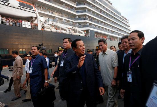 رئيس وزراء كمبوديا هون سين أثناء استقبال ركاب السفينة