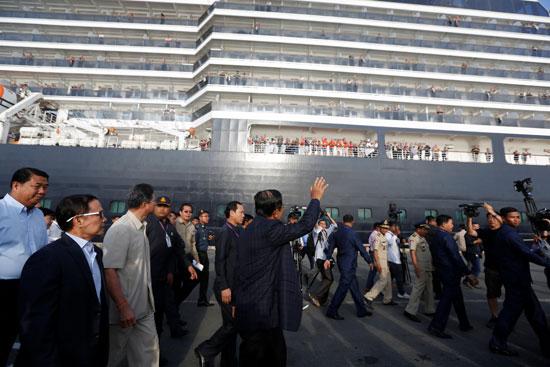 رئيس وزراء كمبوديا يلوح للركاب
