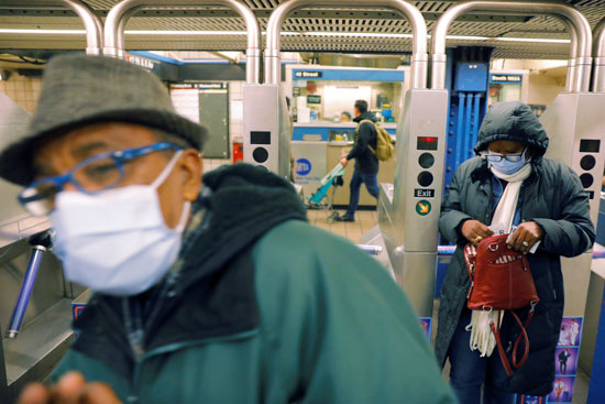 مواطنون يرتدون أقنعة الوجه فى وسائل المواصلات