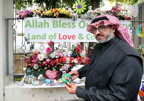 أحد مواطنى المدينة يزور النصب التذكارى لشهداء هجوم كرايست تشيرش