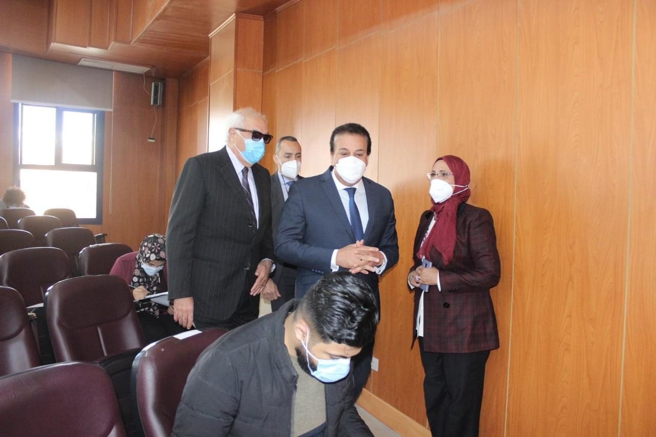 د. خالد عبد الغفار يتفقد لجان الامتحانات