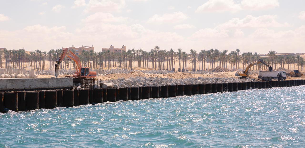 132328-اعمال-التحميل-بميناء-العريش