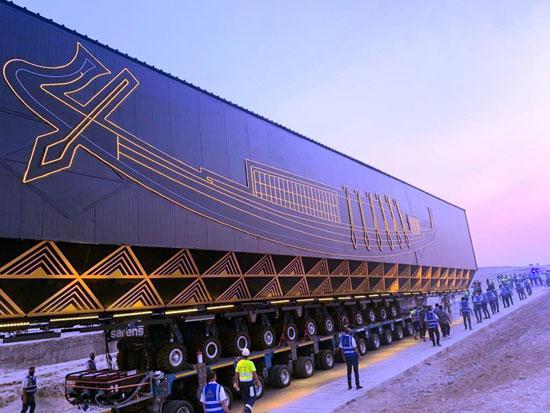 66764-المهندسين-والعمال-أثناء-نقل-المركب-خوفو