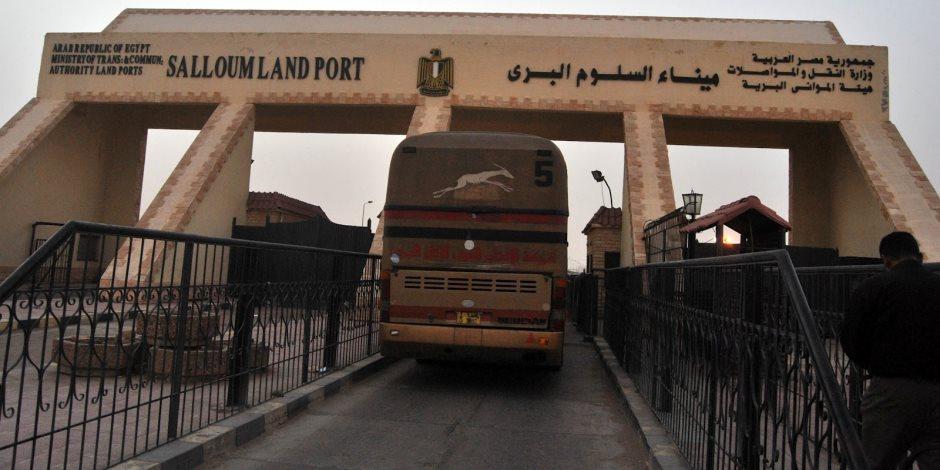 سفر وعودة 1441 مصريا وليبيا و333 شاحنة عبر منفذ السلوم خلال 24 ساعة