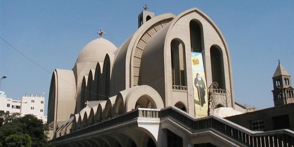 محلب وعلى المصيلحى وهانى رمزي يتوافدون على الكاتدرائية المرقسية بالعباسية