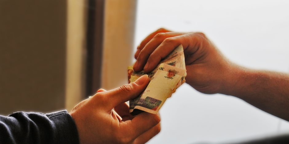 غرائب وطرائف مسؤولين باعوا مصر بأكلة كباب وسهرة حمراء ورحلة عمرة