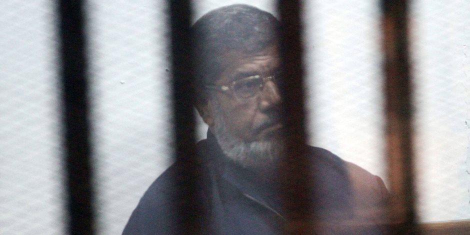 وقف إعادة محاكمة مرسي.. و 25 آخرين في اقتحام السجون