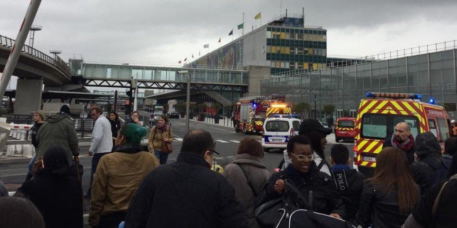 الصور الأولية لإخلاء مطار أورلي بباريس بعد مقتل رجل حاول نزع سلاح من عسكري
