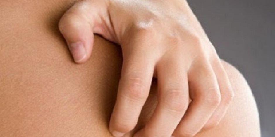أسباب ظهور البقع البيضاء علي الأصابع..نقص الفيتامينات والحساسية