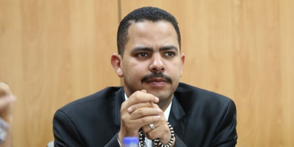 ممثل الهيئة البرلمانية للأغلبية البرلمانية يواجه وزير الدولة للإعلام بمخالفته للدستور والقانون