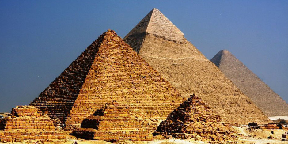 حيرت العالم.. ملياردير أميريكي يزعم بناء الأهرام بواسطة كائنات فضائية