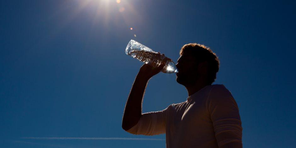 الامتناع عن الشاي والقهوة وارتداء الملابس الواسعة..نصائح الصحة للإفلات من «ضربات الشمس»