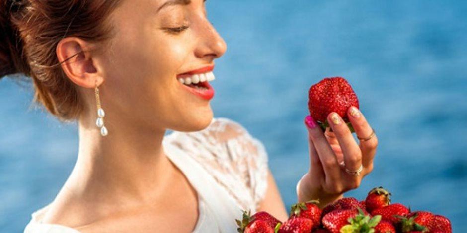 حافظي على جمال ونضارة بشرتك.. الفرولة لها مفعول السحر في تنظيف البشرة