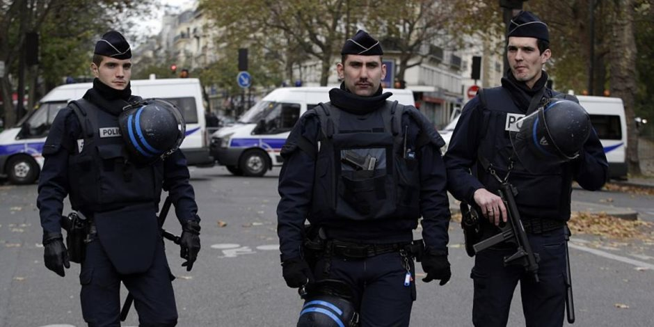الشرطة الفرنسية تطلق الغاز المسيل للدموع في مظاهرة لعمال الصلب