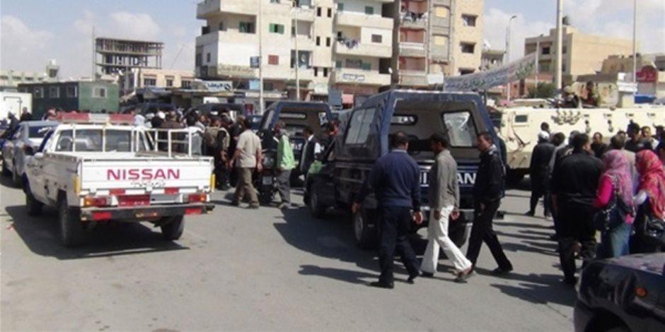 الشرطة بالسويس تفحص سيارة يشتبه بها في شارع النيل