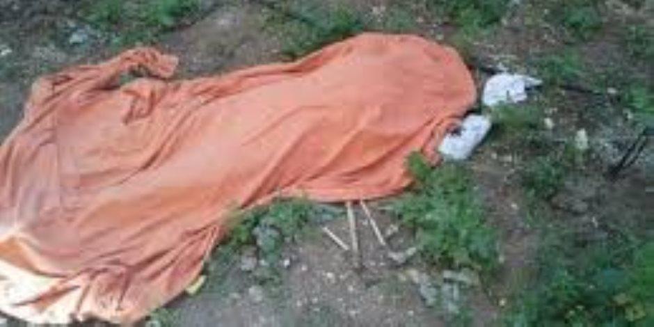 المتهم بذبح سيدة بعد معاشرتها يمثل الجريمة بمسرح الواقعة بالمنوفية