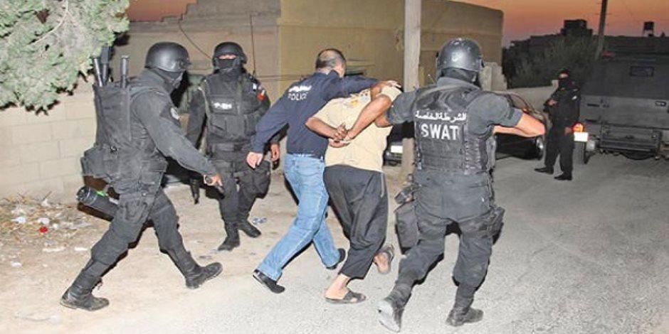ضبط أسلحة ومخدرات في مداهمات أمنية للبؤر الإجرامية بالجيزة