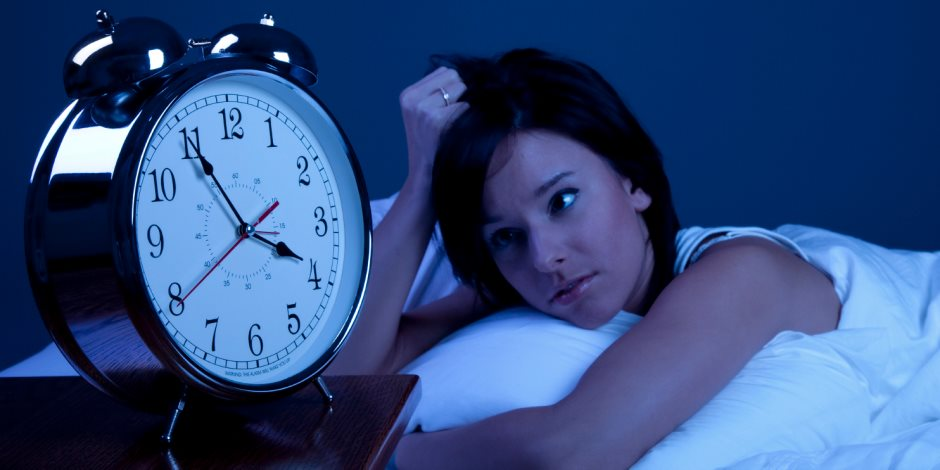 8 علاجات منزلية لاضطرابات النوم والشعور بالأرق..الحلبة والموز وشاي البابونج