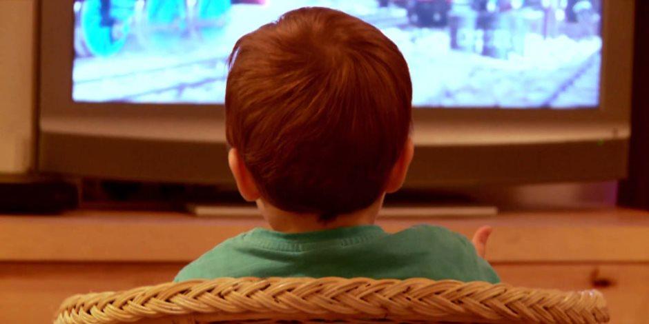 مشاهدة الاطفال للتليفزيون اكثر من ساعتين يوميا يزيد فرص تعرضهم للتنمر في المستقبل