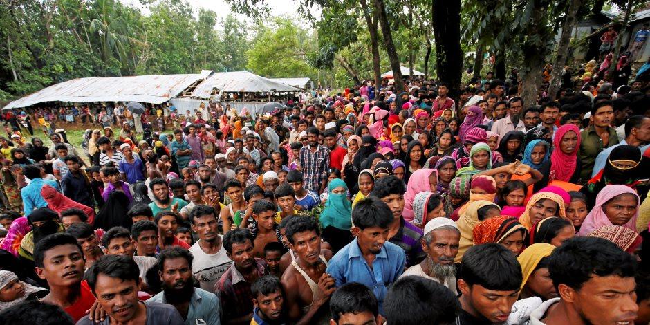 تجمع اللاجئين الروهينجا المتضررين من إعصار مورا لجمع المواد الغذائية