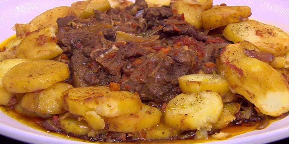 فطارك عندنا.. طاجن اللحم بالبصل والبطاطس وشوربة كريمة والحلو سمبوسة بالشيكولاتة