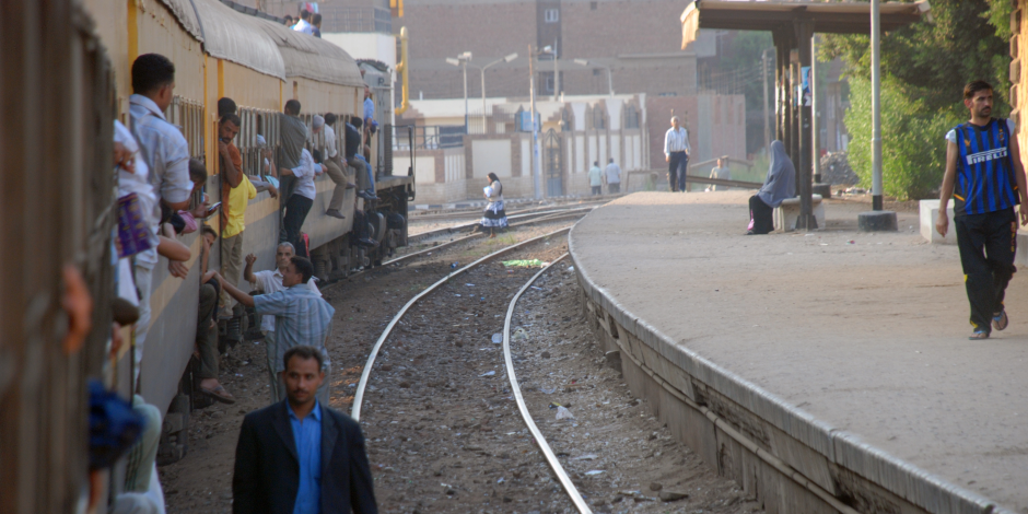 مصرع مواطن تحت عجلات القطار بالفيوم