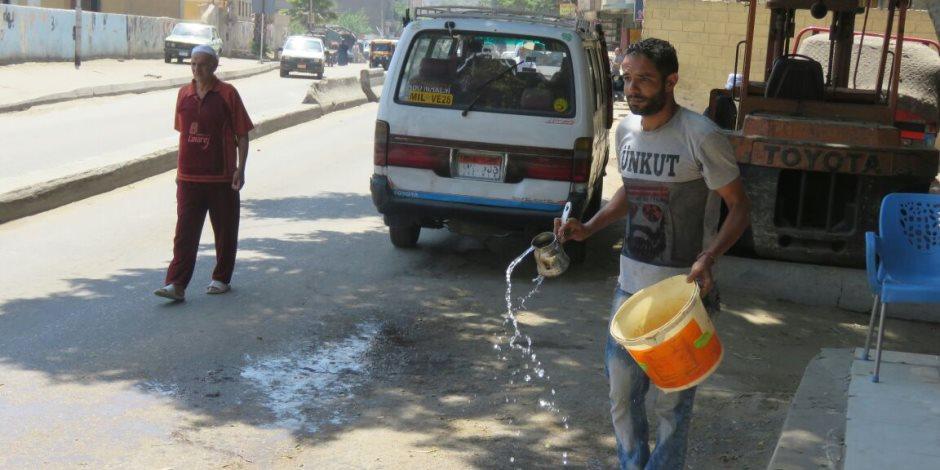 «رش المياه طراوة».. تعرف على حيل المواطنين لمواجهة موجة الحر (صور)