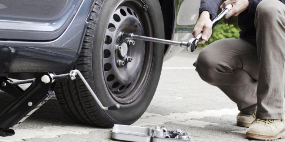 تعرف على أسهل طريقة لتغير إطارات السيارة بنفسك (فيديو)