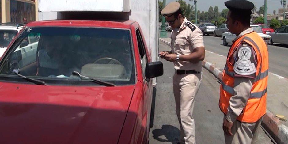 المرور يشن حملات توعية ويوزع كتيبات على سائقي السيارات