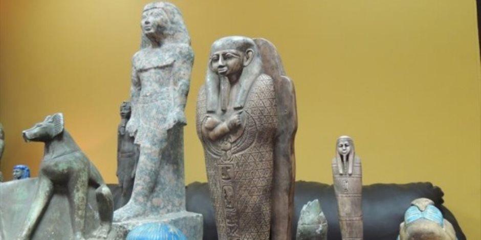 أبرزها الإله «بس».. ضبط 18 قطعة أثرية في منزل أحد الأهالي بالمنيا