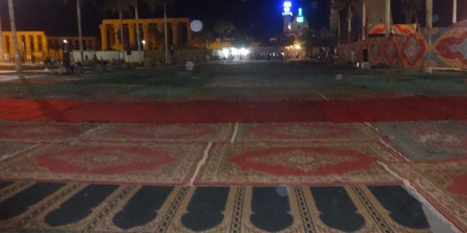 تجهيز وفرش ساحات صلاة عيد الأضحى بمدينة الأقصر (صور)