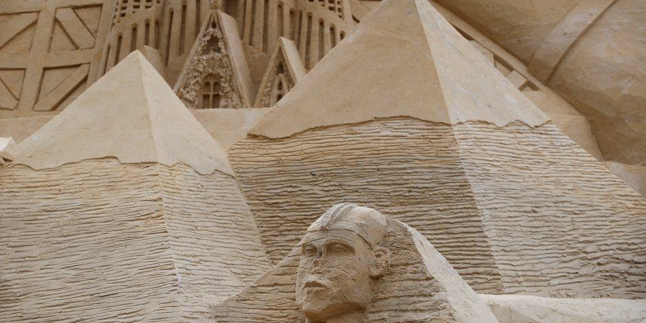 فريق نحت عالمي يبرز الأهرامات على أطول قلعة رملية في العالم