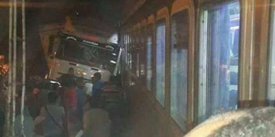طريق الإسماعيلة اتفتح.. المرور ترفع آثار اصطدام سيارة مخالفة بكوبري مشاة وتقبض على السائق