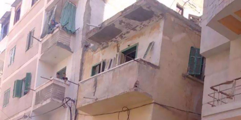 إصابة 3 أشخاص بكسور وجروح أثر سقوط سقف عقار بدمنهور (صور)