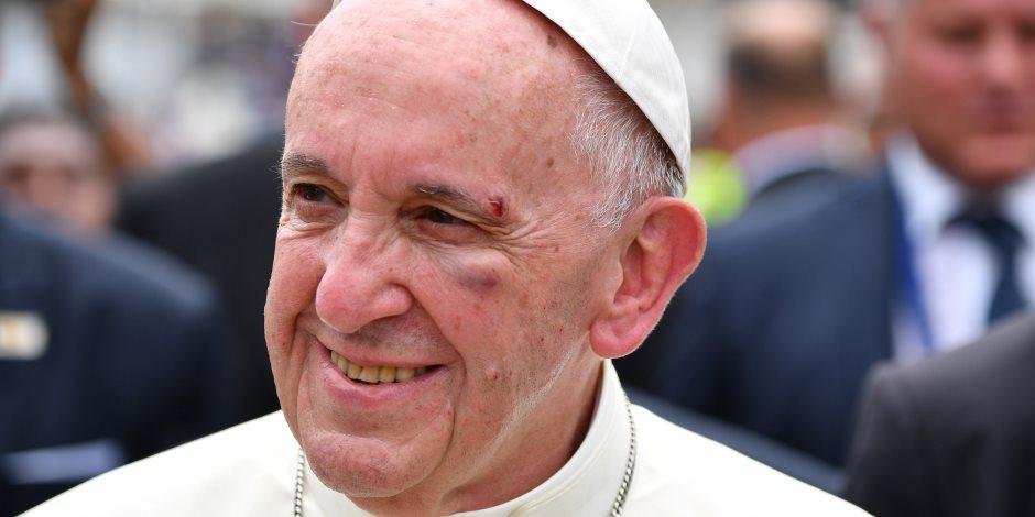 البابا فرنسيس يعمد متسولا نيجيريا تصدى للص مسلح بساطور