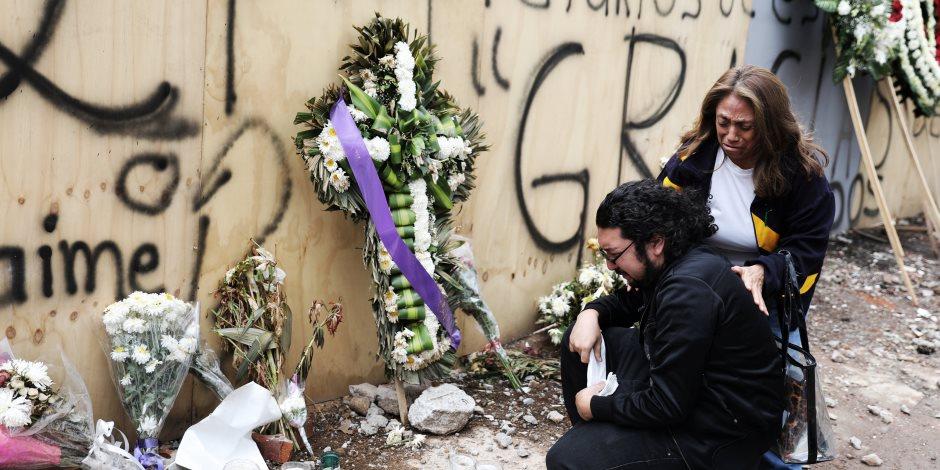 مواطنون فى المكسيك يضعون باقات الورود على بيوت الضحايا (صور)
