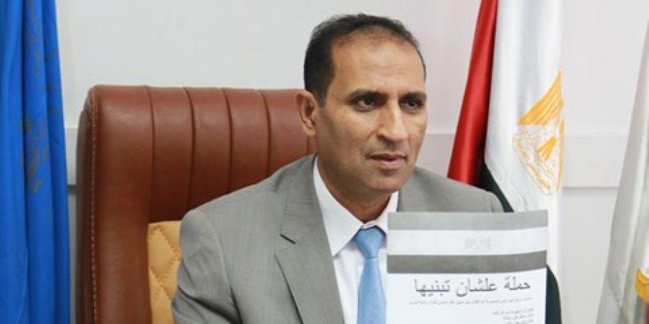 """رئيس جامعة أسوان يوقع على استمارة """"علشان تبنيها"""""""