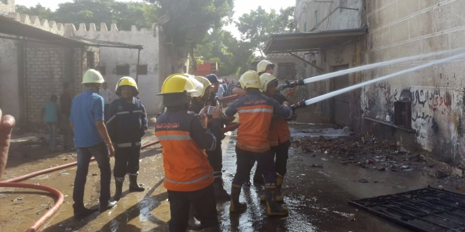 الحماية المدنية تنجح في السيطرة على حريق أعلى سطح عقار بالدرب الأحمر