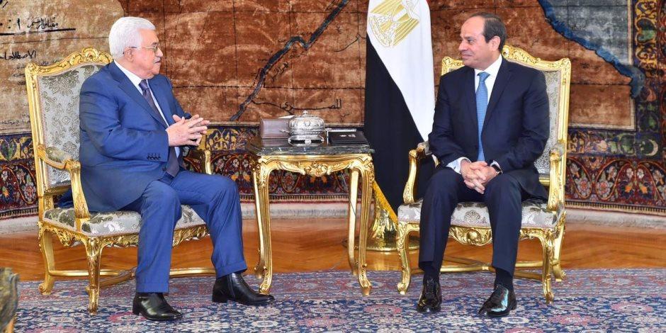 السيسي يؤكد للرئيس الفلسطيني استمرار دعم مصر لملف المصالحة