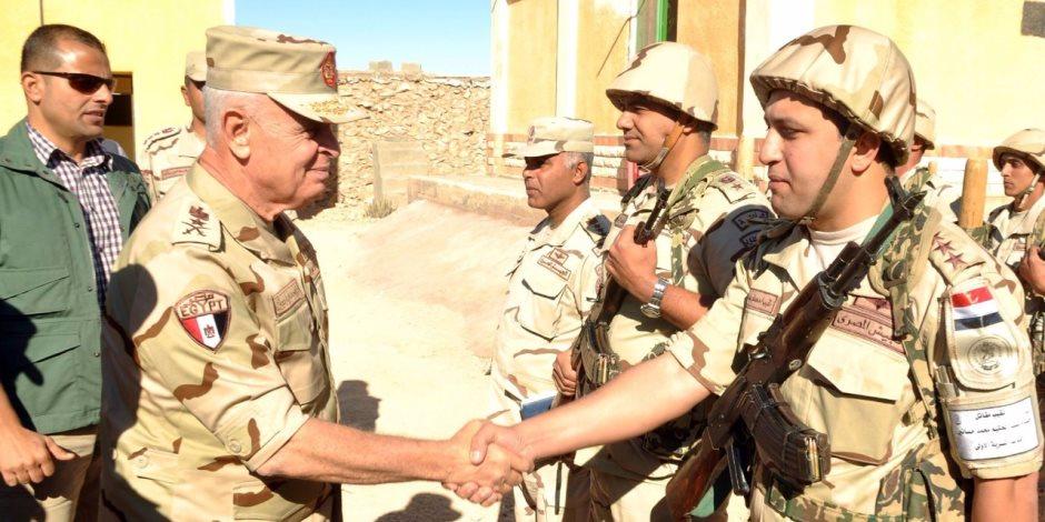 رئيس الأركان يتفقد نقاط التأمين الحدودية ويلتقي برجال المنطقة الغربية العسكرية (صور)