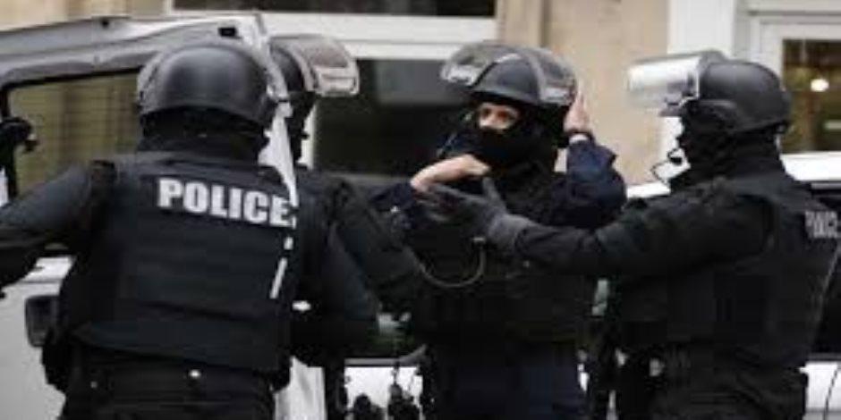 """الشرطة ترفع شعار ماكرون """"عندما ينطلق العنف تتوقف الحرية"""".. شاهد سحل متحدث """"السترات صفراء"""""""