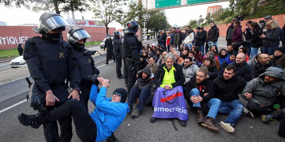 ضمن خطة الإضراب العام.. قطع الطرق وتعطيل القطارات في كتالونيا