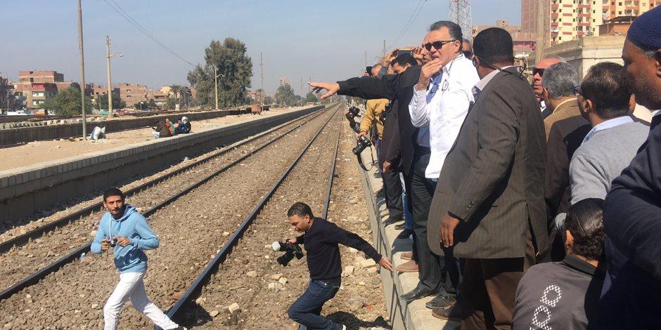 وزير النقل يختبر عمال المزلقانات أثناء تفقده محطة قطار أبو تيج (صور)