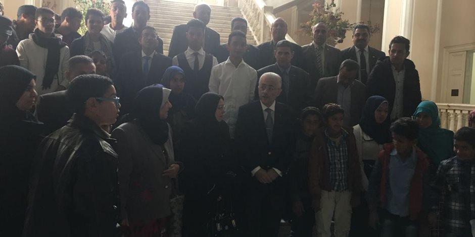 وزير التربية والتعليم يلتقط صورة جماعية مع طلاب قرية الروضة