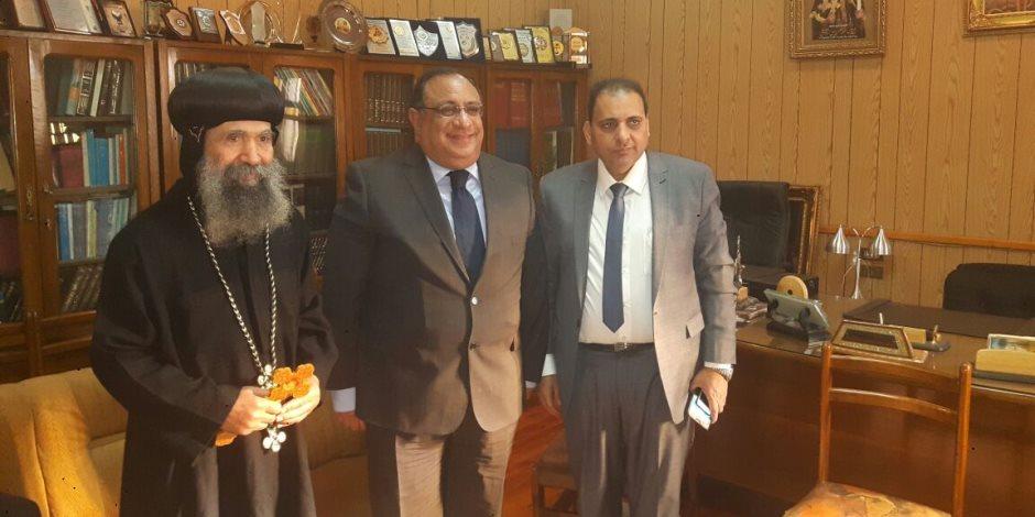 رئيس جامعة حلوان يزور الأنبا بسنتى لتهنئته بعيد الميلاد المجيد