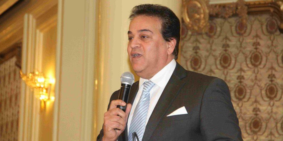 وزير التعليم العالي يستعرض تقريرا حول أنشطة معهد إعداد القادة بحلوان