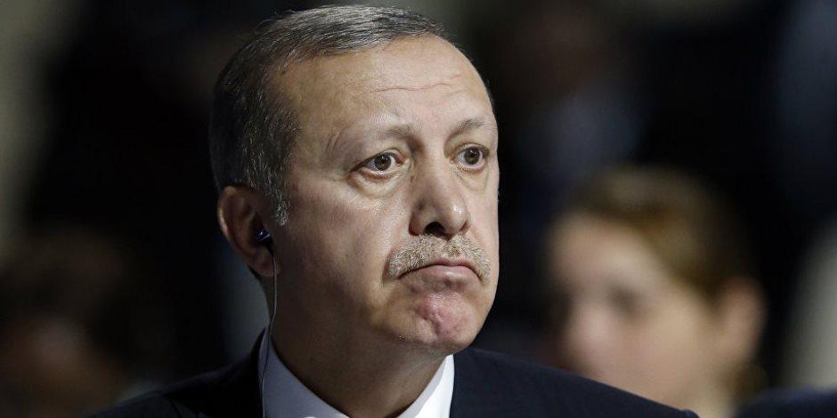 نزيف مستمر للاقتصاد التركي.. العملة تتراجع إلى 4 ليرات للدولار